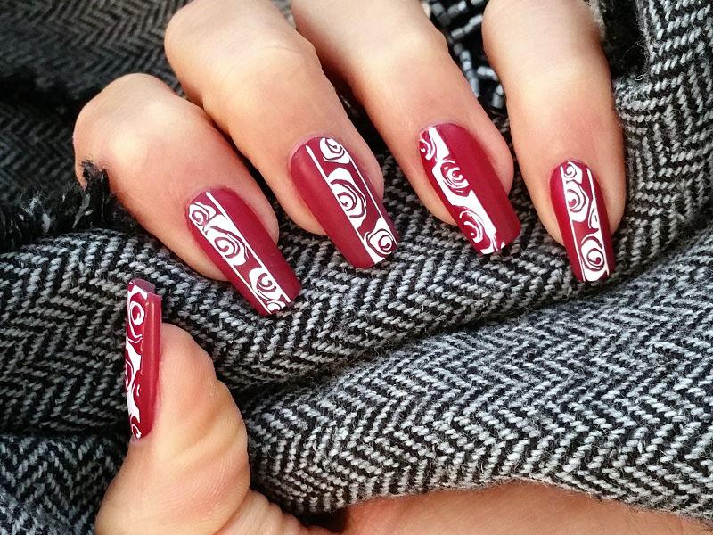 nail-art-elegante-bordeaux-su-cui-sara-colleoni-ha-dipinto-rose-stilizzate-in-bianco