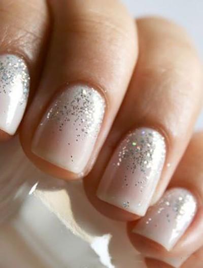 gel-unghie-color-nude-con-glitter-argento